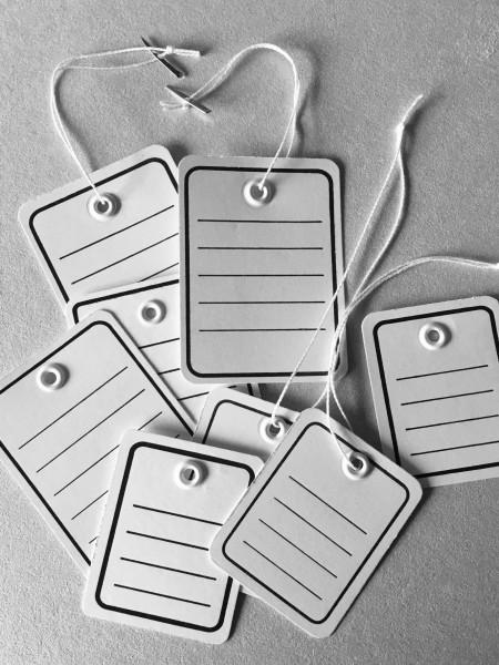 Stückwaren-Anhänger, weißer Karton, mit Öse, Linien- u. Randdruck u. Faden u. Splint
